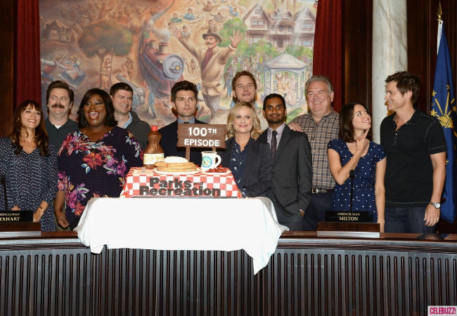 The cast gather for the official 100 episode photo (image via celebuzz.com)