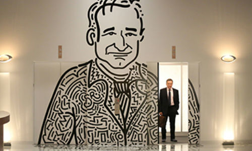 Simon Roberts caricature may dominate the lift wall at ad firm Roberts+Roberts but the man who plays him Robin Williams fits neatly into the show's talented ensemble (image via trakt.tv)