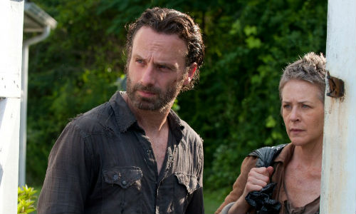 Rick and Carol finally find Anna at least, her gammy leg ripped off at the knee and laying on the ground and the rest of her food for a couple of walkers in a driveway (image via walkingdeadbr.com)
