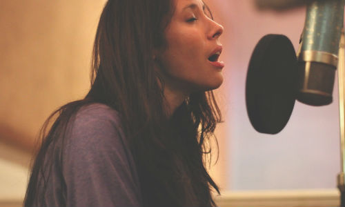 Nerina Pallot in the studio recording the EP (image via thefourohfive.com / photography by Poppy Cockburn)