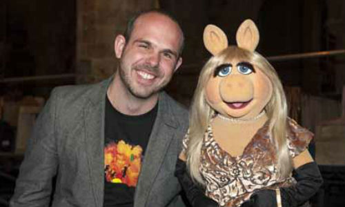 Totalfilm's Online Editor Matt Risley poses with Miss Piggy on the set of Muppets Most Wanted (image via totalfilm.com)