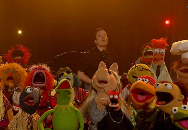 The Muppets and Jimmy Fallon sing as one (image via hollywoodlife.com)