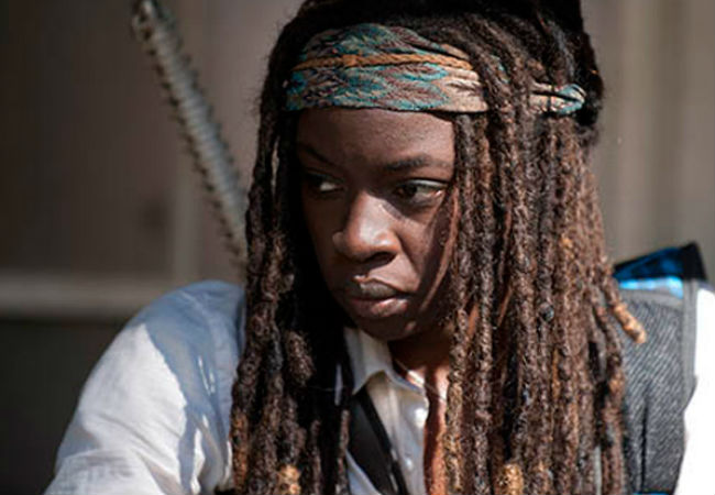 Michonne picks herself out a new shirt and yes, a sunnier disposition (image via walkingdeadbr.com (c) AMC)