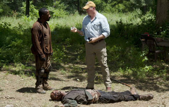 There's nothing like an instructive chat over a zombie corpse to concentrate the mind (image via Showbiz Junkies (c) AMC)