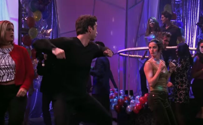 """Ross and Monica Geller (Friends) get on down to Justin Timberlake's """"Can't Stop the Feeling"""" (image via YouTube)"""
